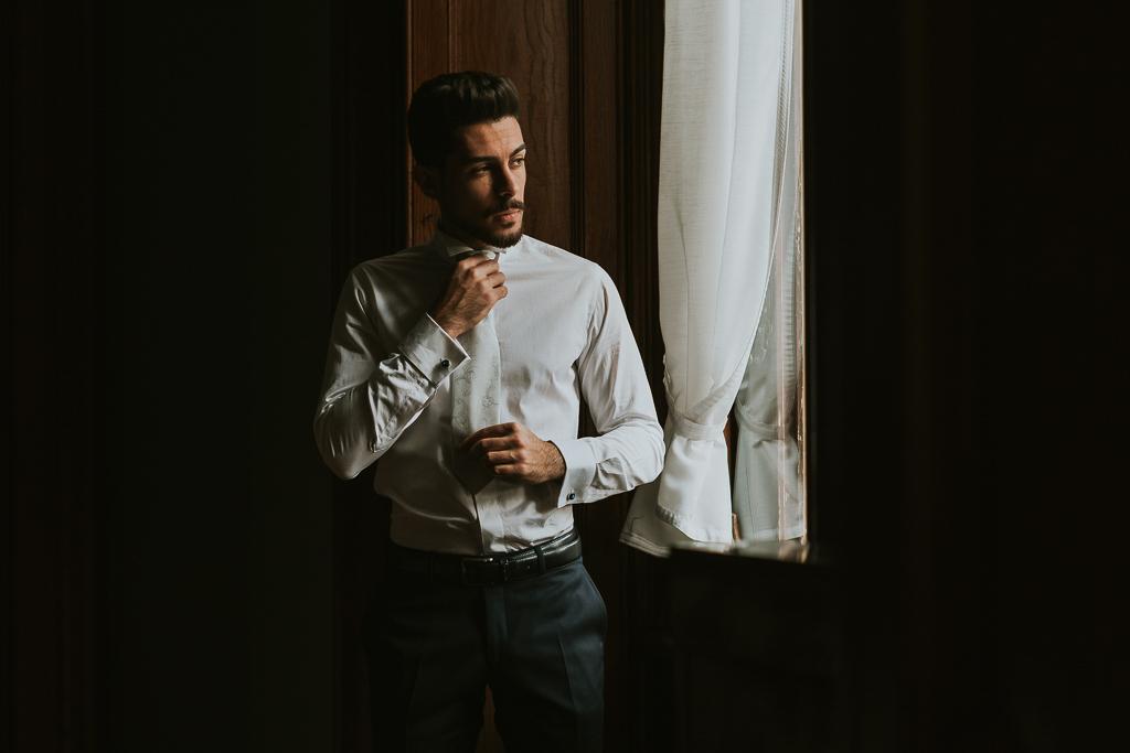 lo sposo si prepara per il destination wedding a roma