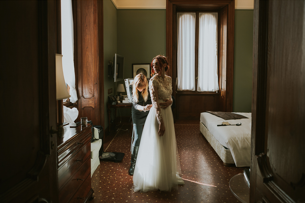 la sposa indossa il vestito bianco