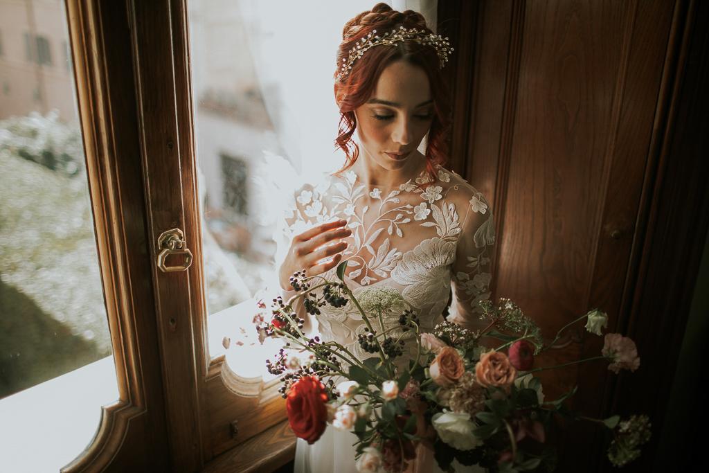 meravigliosa sposa col suo bouquet