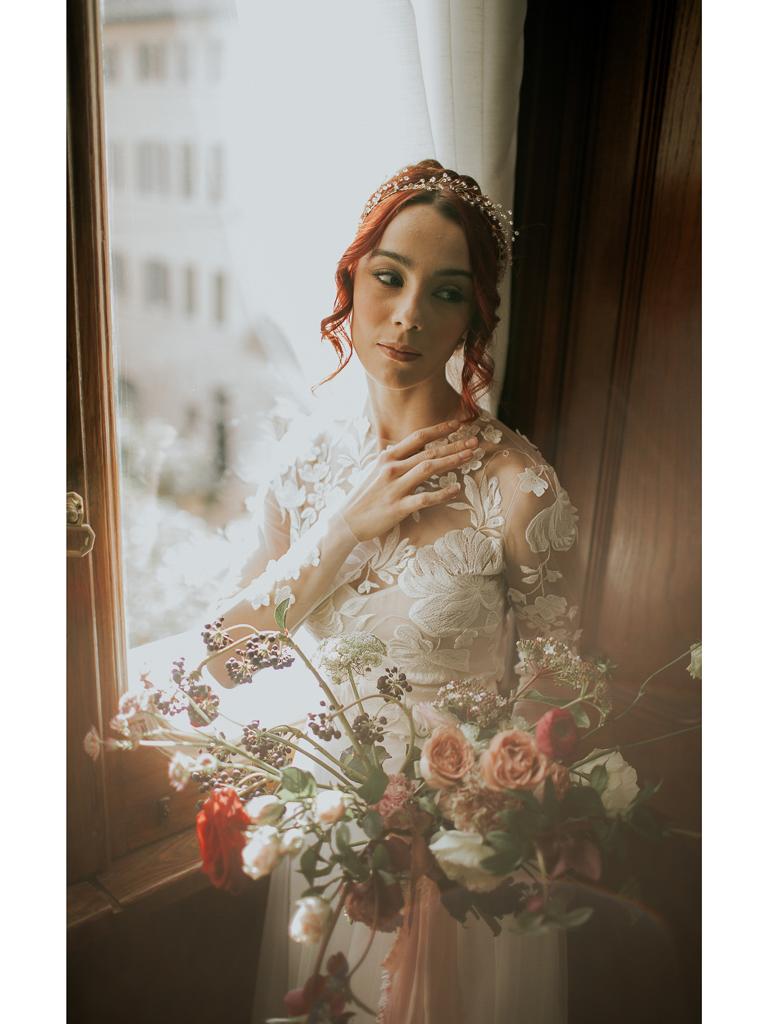 elegante sposa alla finestra per il destination wedding