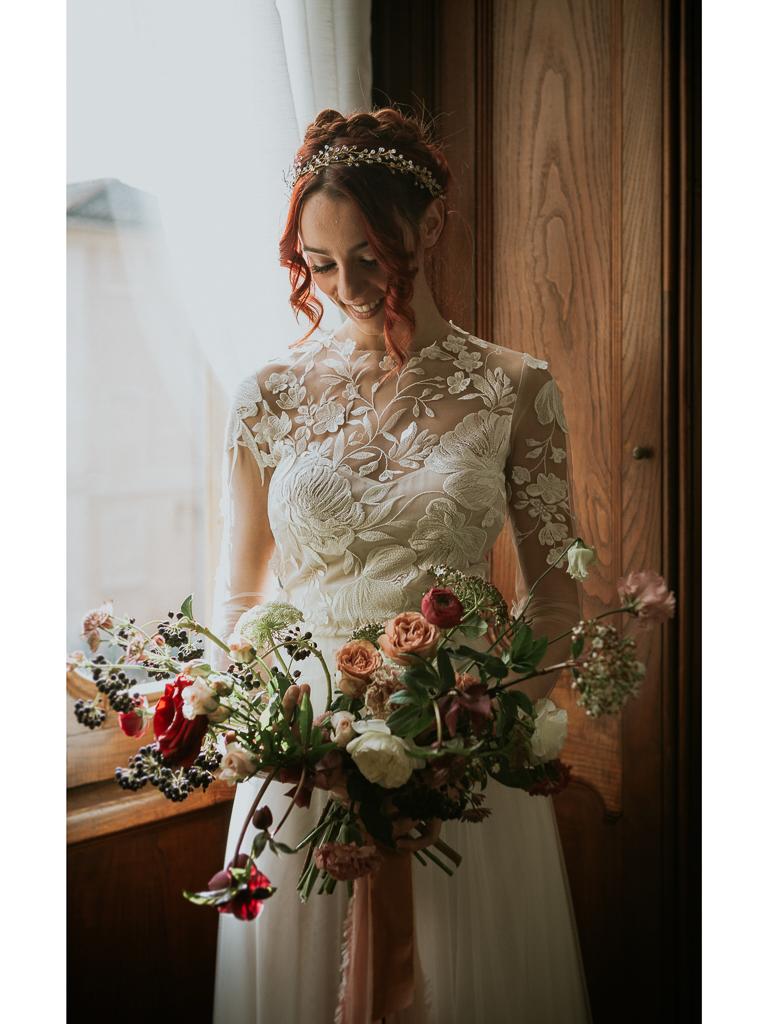 la sposa vicino alla finestra per il destination wedding a roma