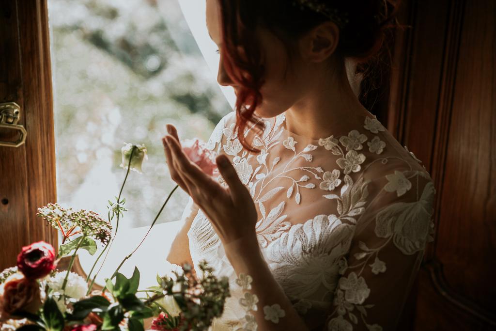 la sposa ammira il suo bouquet