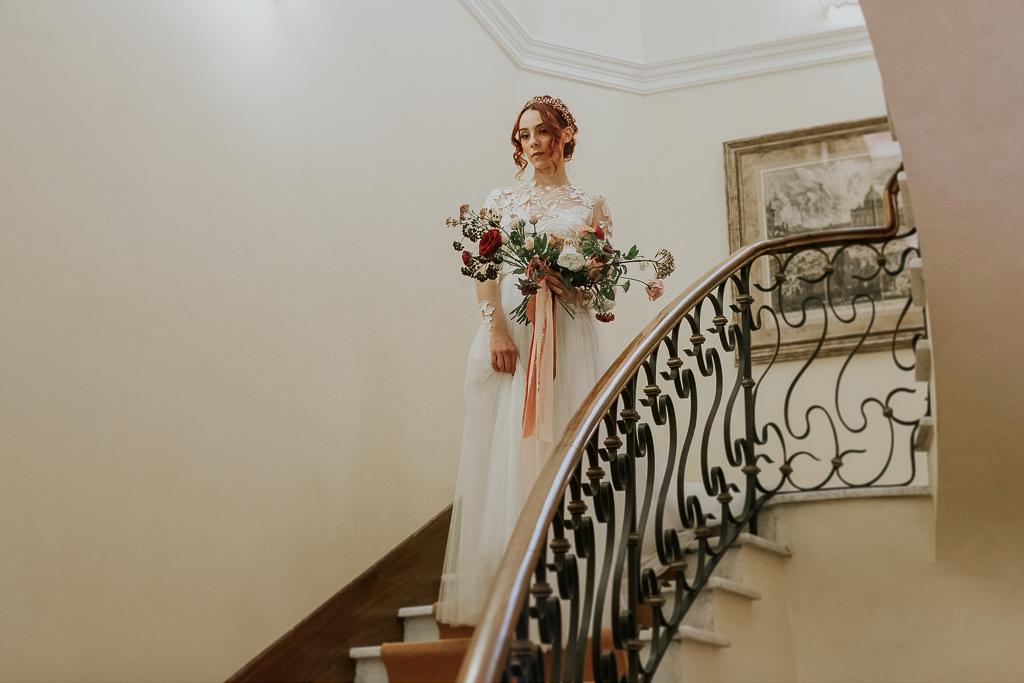 la sposa in cima alla scala