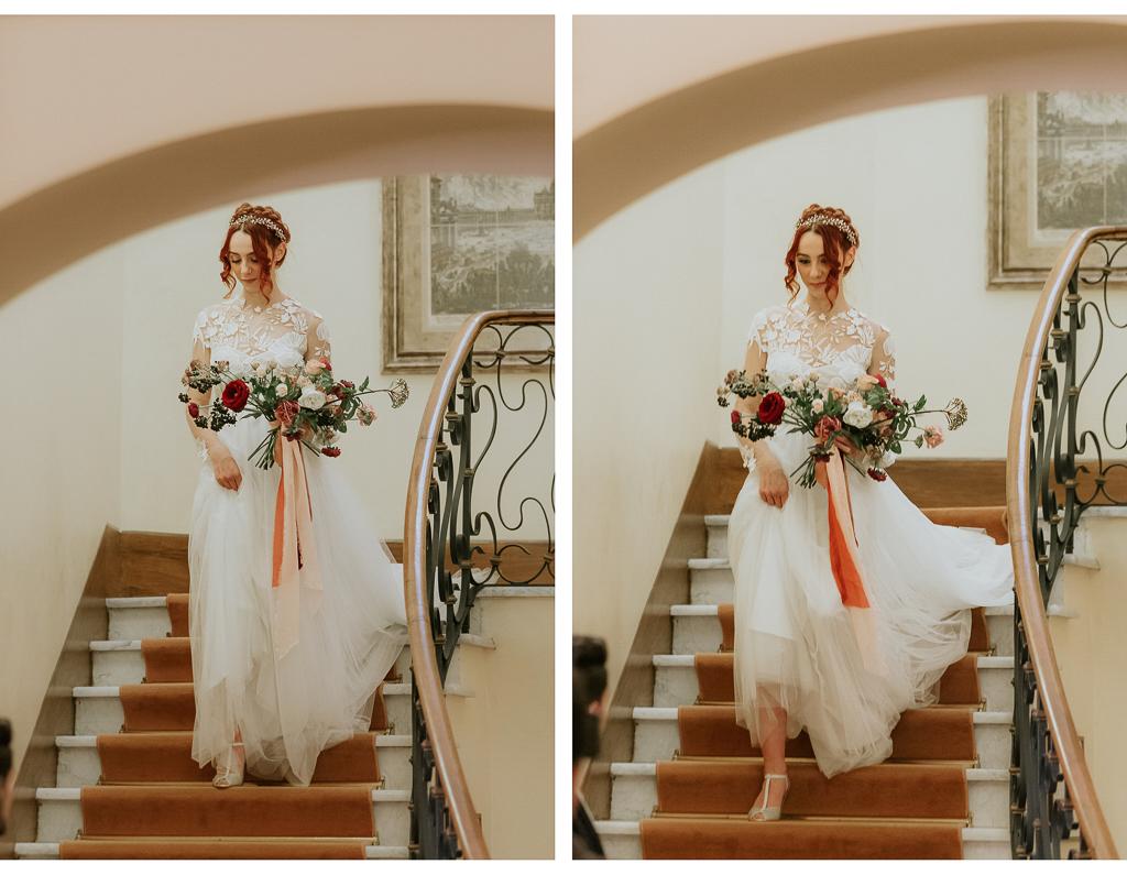la sposa raggiunge lo sposo scendendo la scala