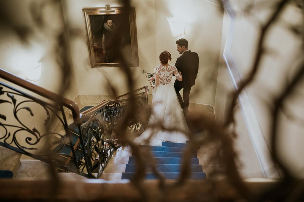 sposi scendono scalinata di villa spalletti