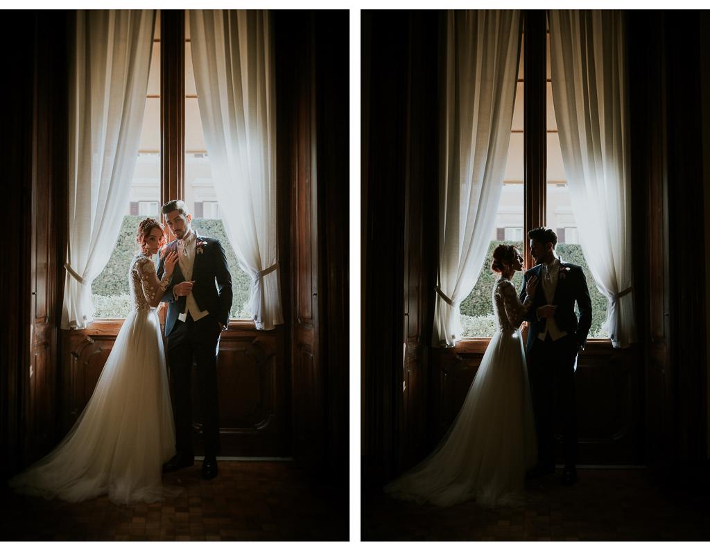 sposi posano davanti alla finestra
