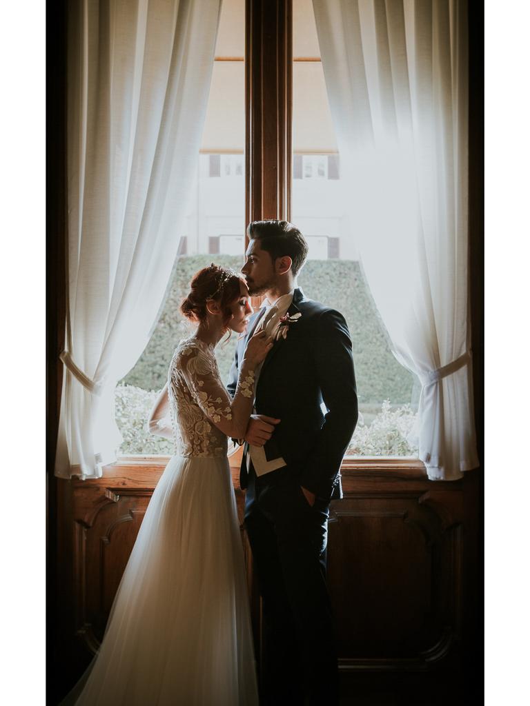 sposi davanti la finestra
