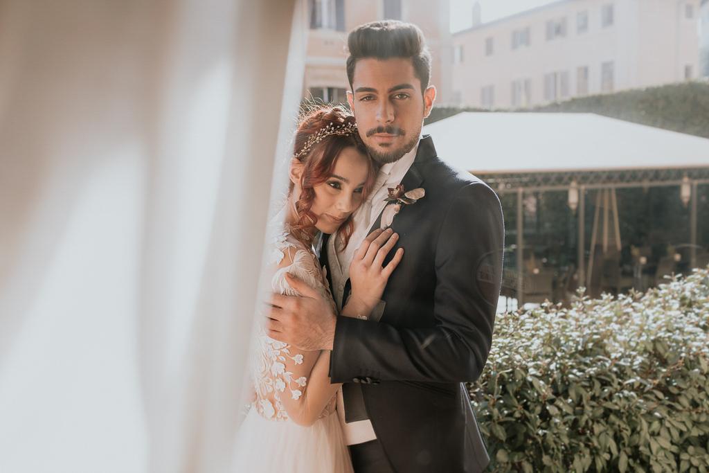 sposi si abbracciano in giardino per il destination wedding