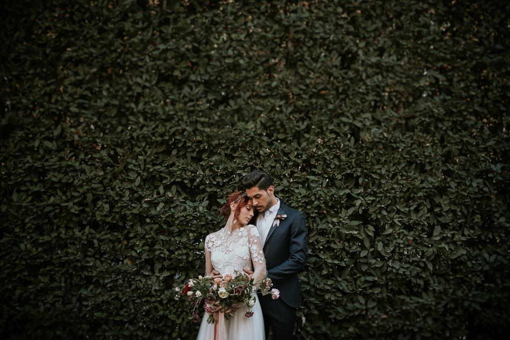 sposi si abbracciano nel giardino di villa spalletti