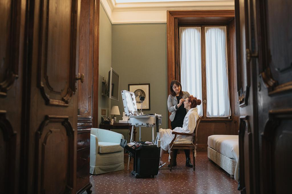 la sposa in preparazione nella sua stanza