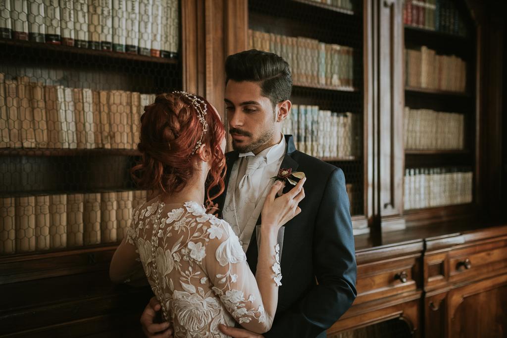la sposo abbraccia la sposa del destination wedding