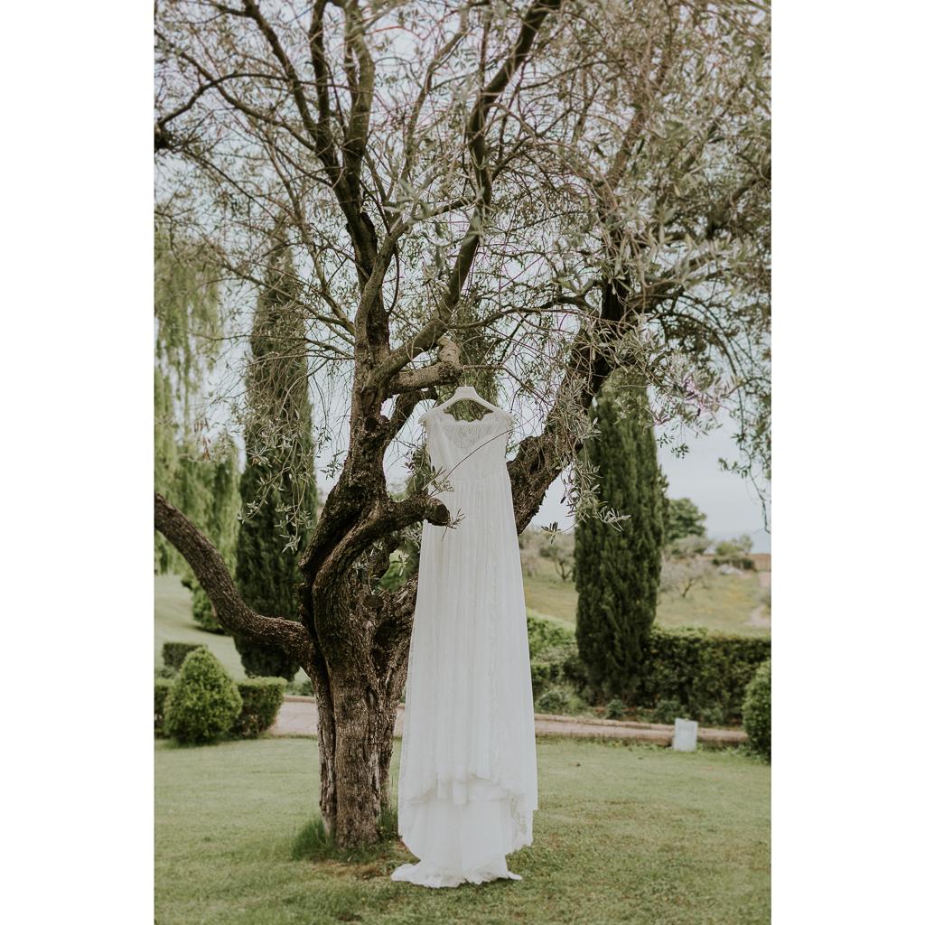 vestito della sposa nel giardino di tenuta ceccucci roma