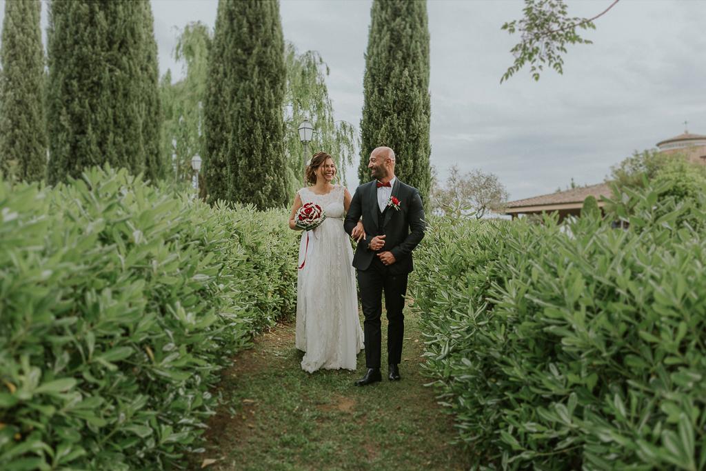 sposi passeggiano in giardino di tenuta ceccucci roma