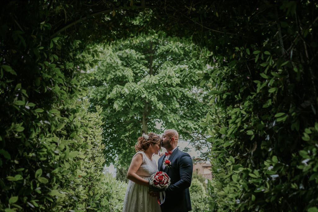 sposi si baciano nel giardino
