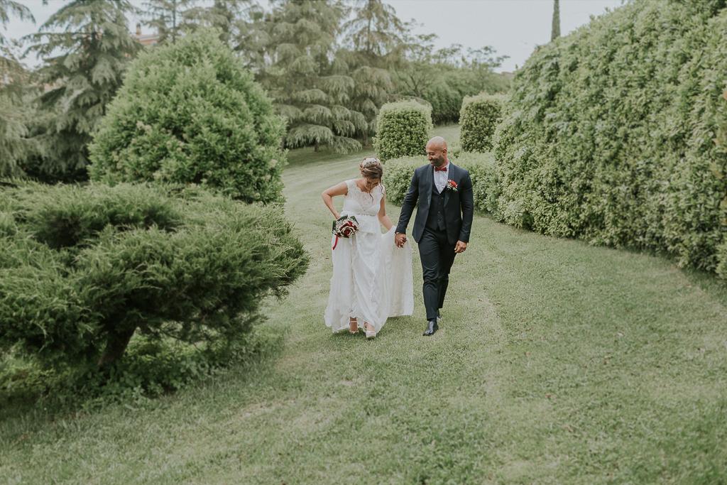 sposi passeggiano in giardino