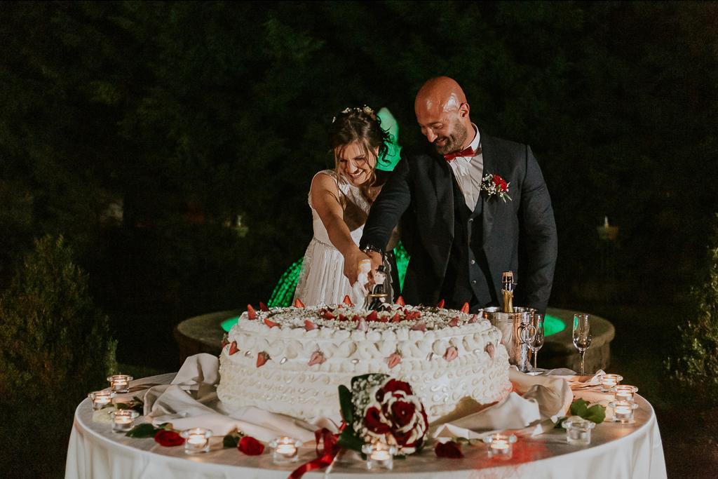 taglio della torta di matrimonio presso tenuta ceccucci roma