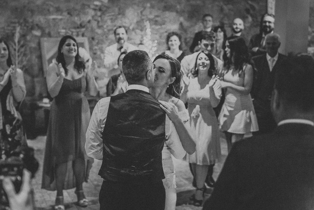 bacio degli sposi durante il ballo in villa grant a roma