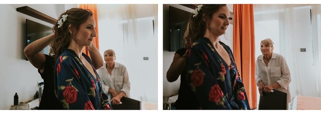 la mamma osserva l'acconciatura della sposa