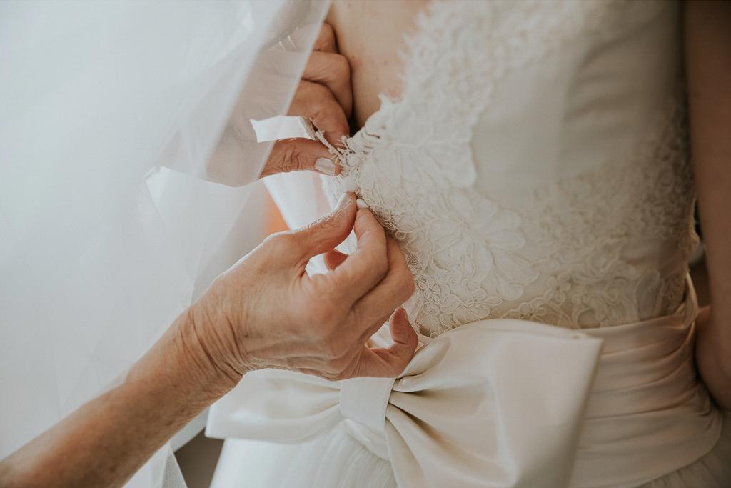 la chiusura del vestito della sposa