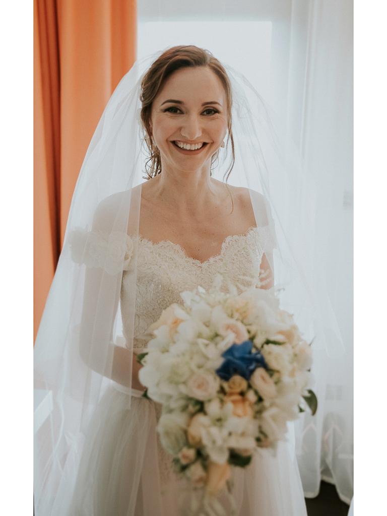 la sposa è pronta e sorridente per il suo matrimonio a roma