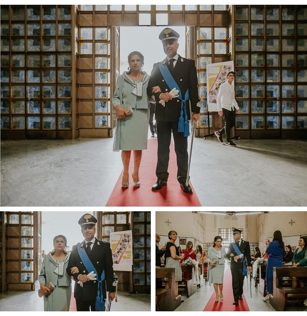 lo sposo entra in chiesa con la mamma