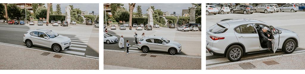 la sposa scende dall'auto per entrare in chiesa