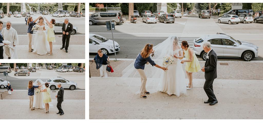 la sposa si sistema prima dell'ingresso in chiesa