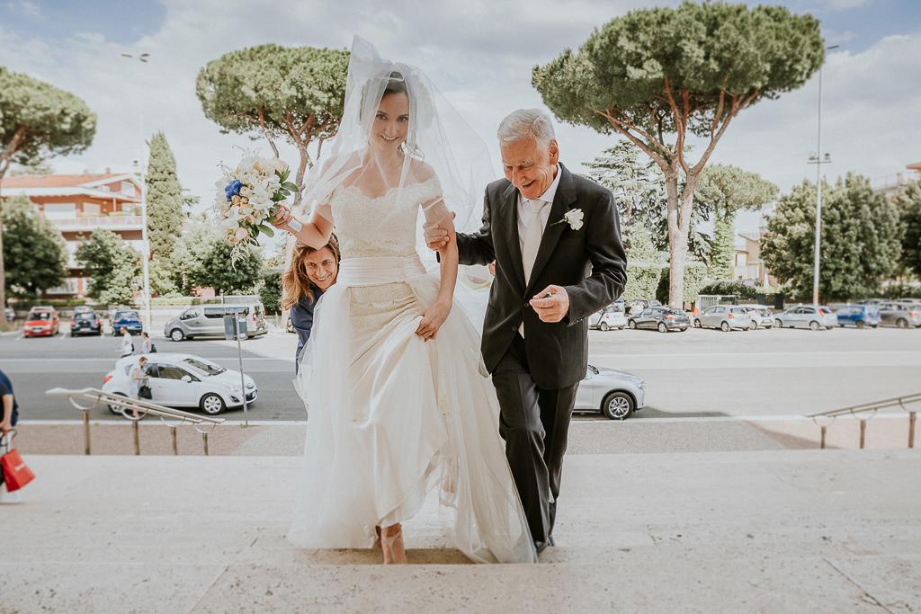 la sposa sale la scalinata col papà