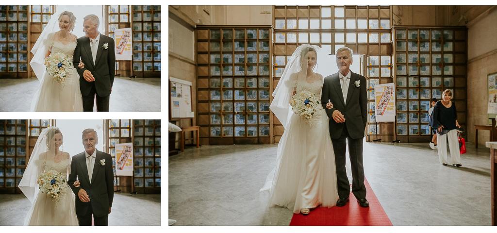 la sposa entra in chiesa con il papà
