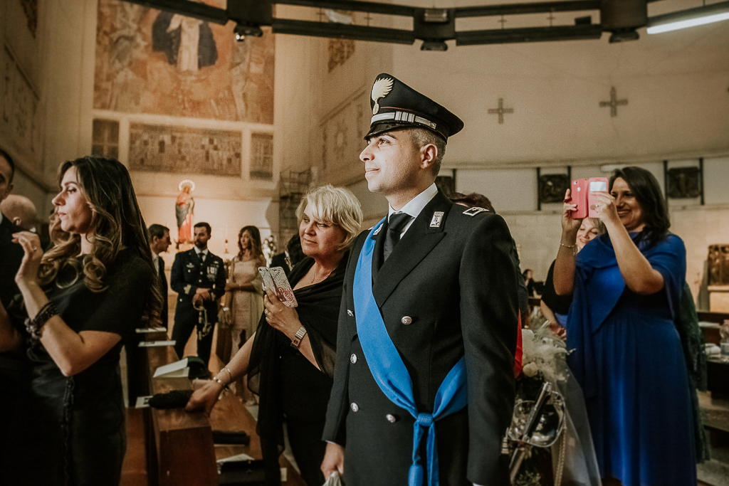 lo sposo attende la sposa in chiesa per celebrare il matrimonio a roma