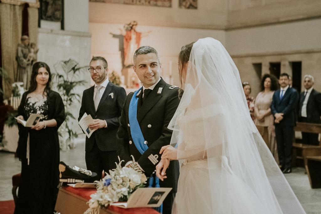 gli sposi si guardano durante la cerimonia di matrimonio a roma