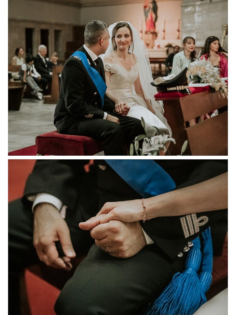 gli sposi si tengono la mano in chiesa