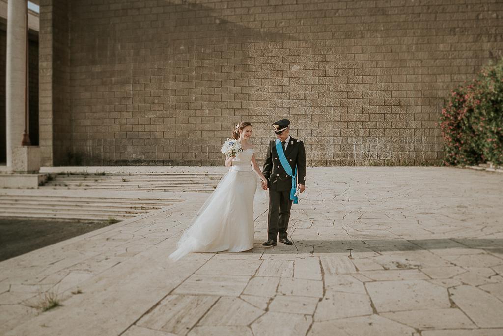 gli sposi camminano mano nella mano