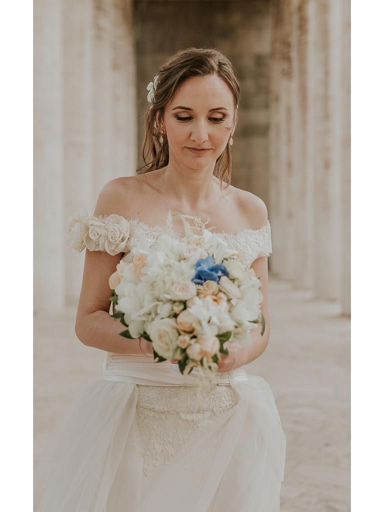 la sposa e il suo bouquet