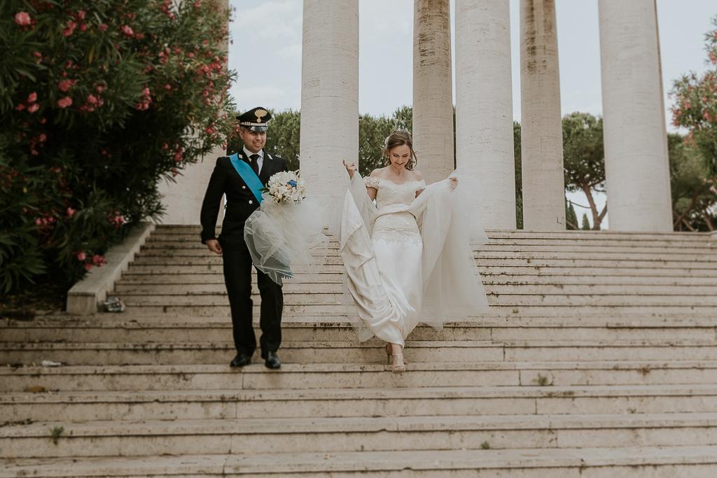 sposi scendono scalinata