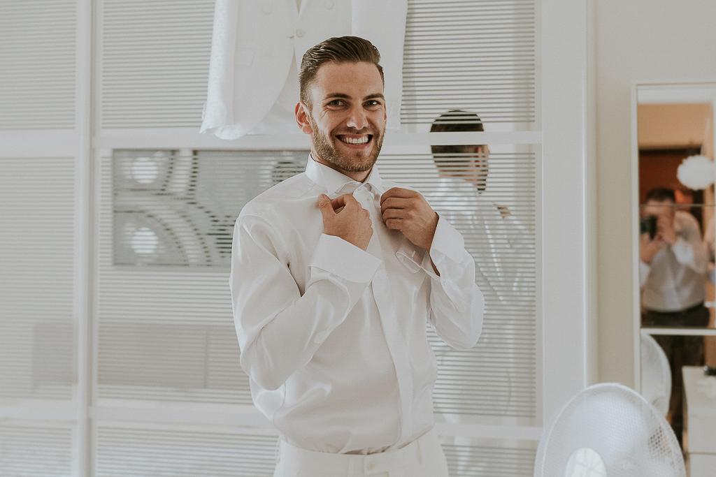 lo sposo sorridente