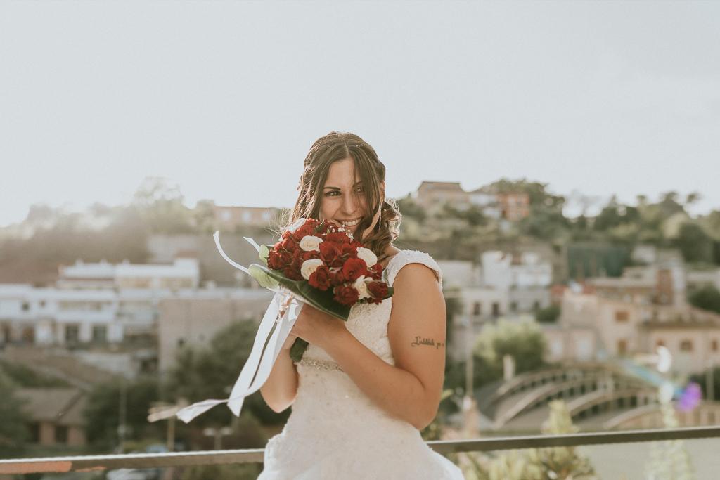 sposa con bouquet al tramonto