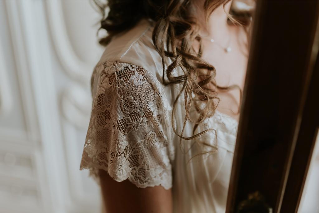 dettaglio ricamo vestaglia della sposa