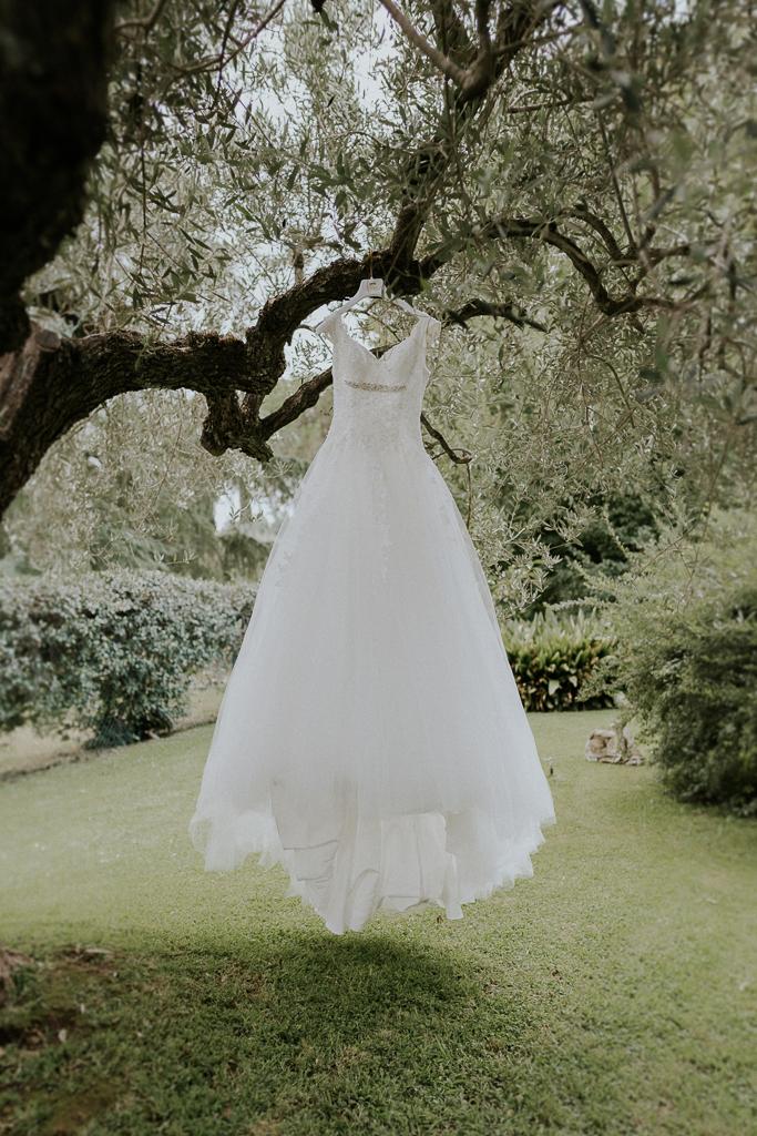 il vestito della sposa in giardino