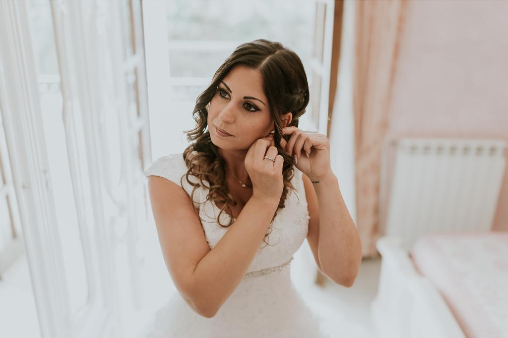 la sposa indossa gli orecchini