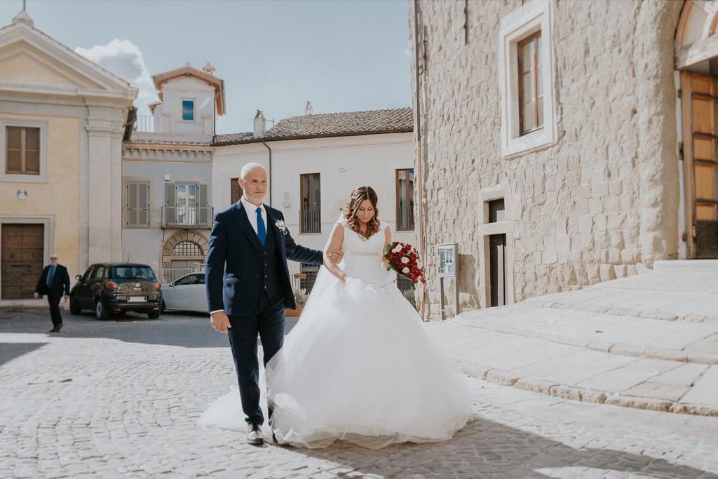 la sposa arriva alla chiesa San Lorenzo Martire a formello