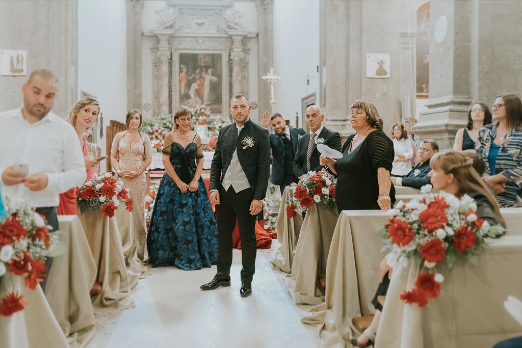 lo sposo attende la sposa in chiesa