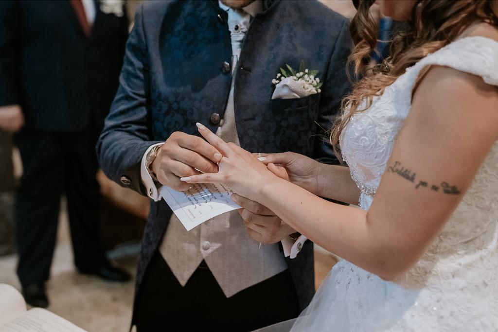 lo sposo mette l'anello alla sposa
