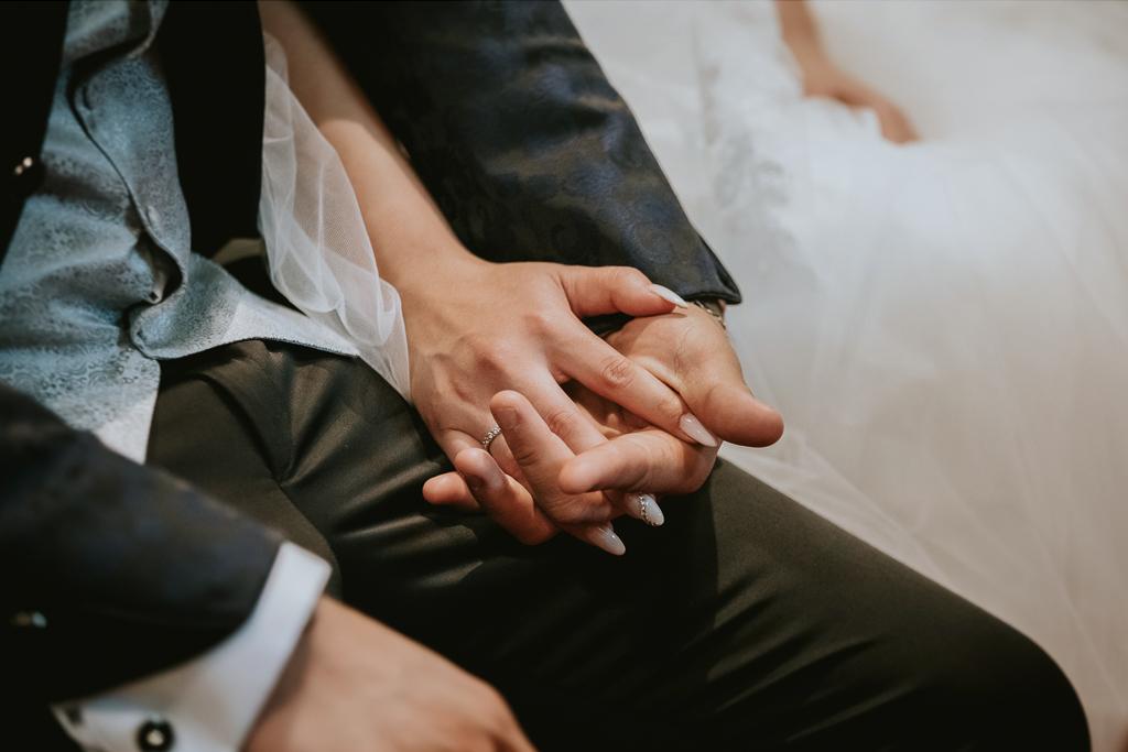 sposi si tengono la mano durante la cerimonia
