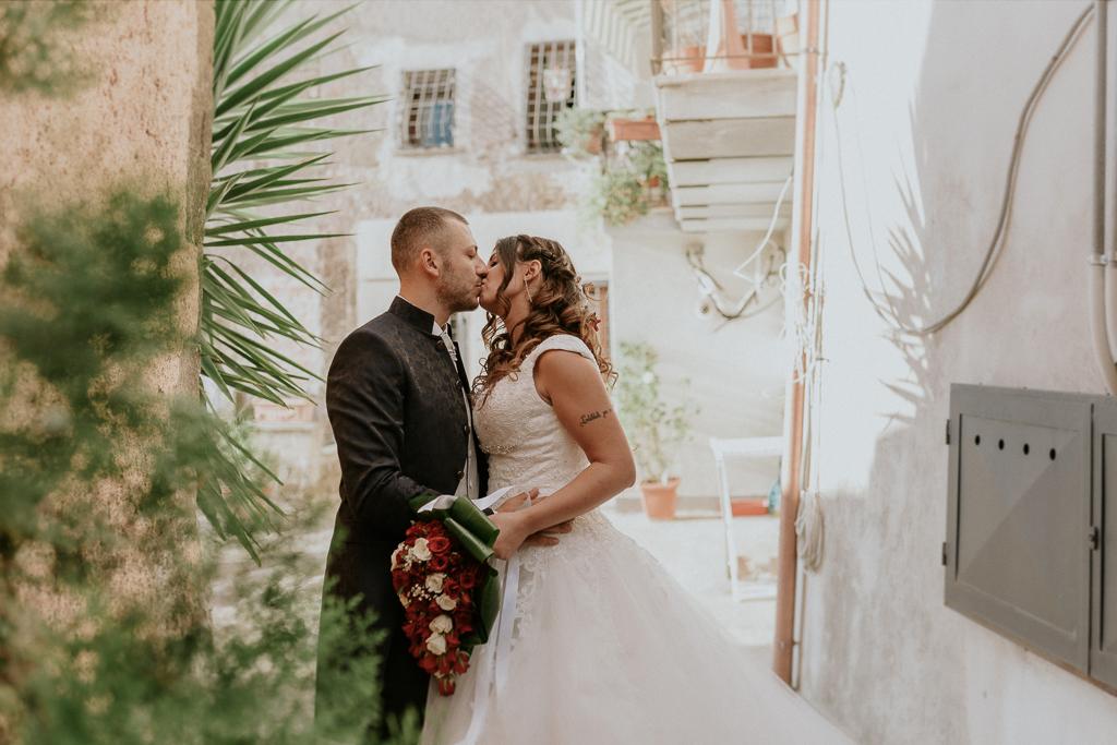 sposi si baciano per le vie di formello