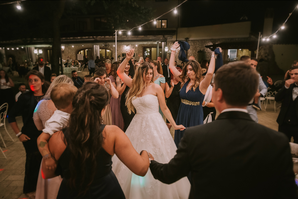 la sposa balla al suo matrimonio serale