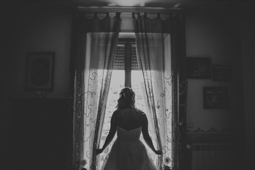 la sposa alla finestra della sua casa