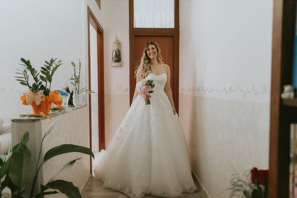 la sposa con l'abito bianco