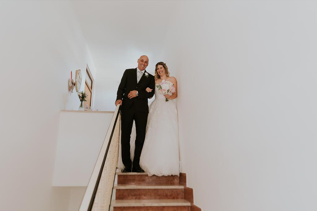 la sposa scende le scale di casa con il padre