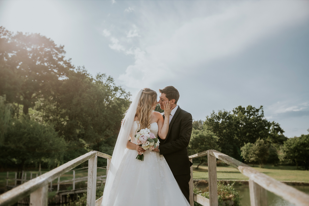 sposi sul ponticello del laghetto presso agrivillage